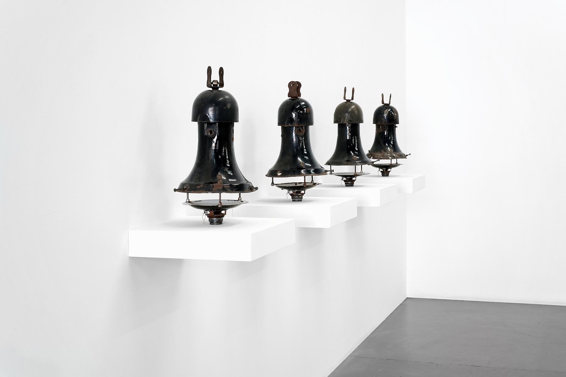 Jacopo Mazzonelli e Matteo Franceschini, Black Swans, 2019, lampioni stradali, diffusori, suono quadrifonico, cm 43x280x25