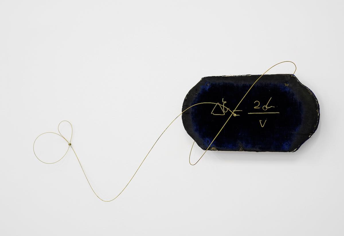 Jacopo Mazzonelli, Echo, 2018, corde di chitarra, velluto e legno, cm 31x67x11