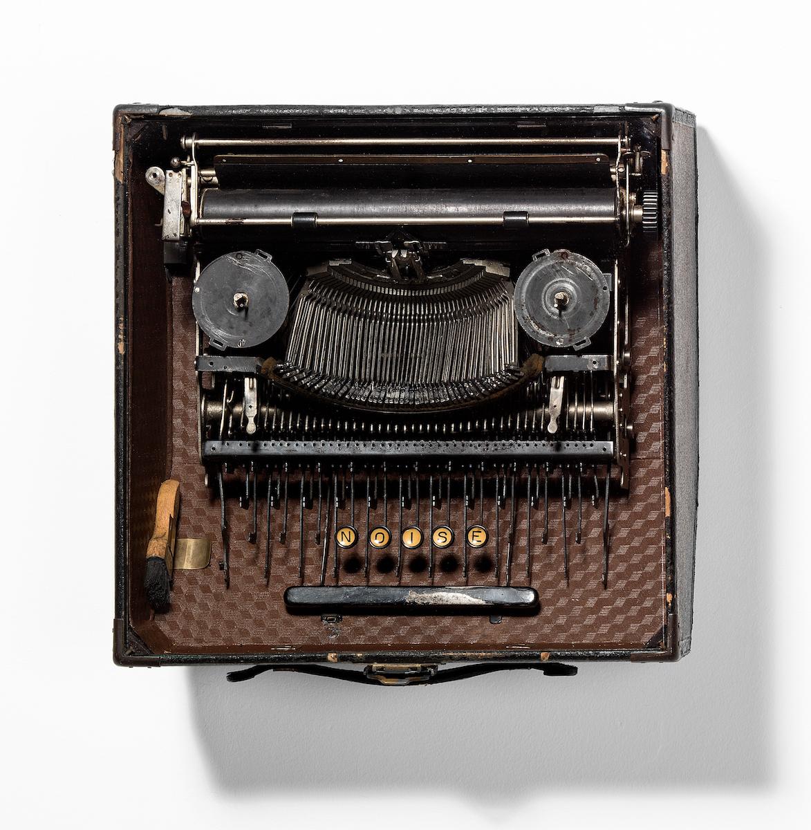 Jacopo Mazzonelli, Noise, 2018, macchina da scrivere vintage, custodia, vetro, cm 35x40x25